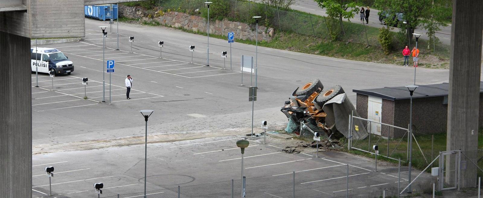Mees sõitis varastatud laaduriga Lahtis sillalt alla